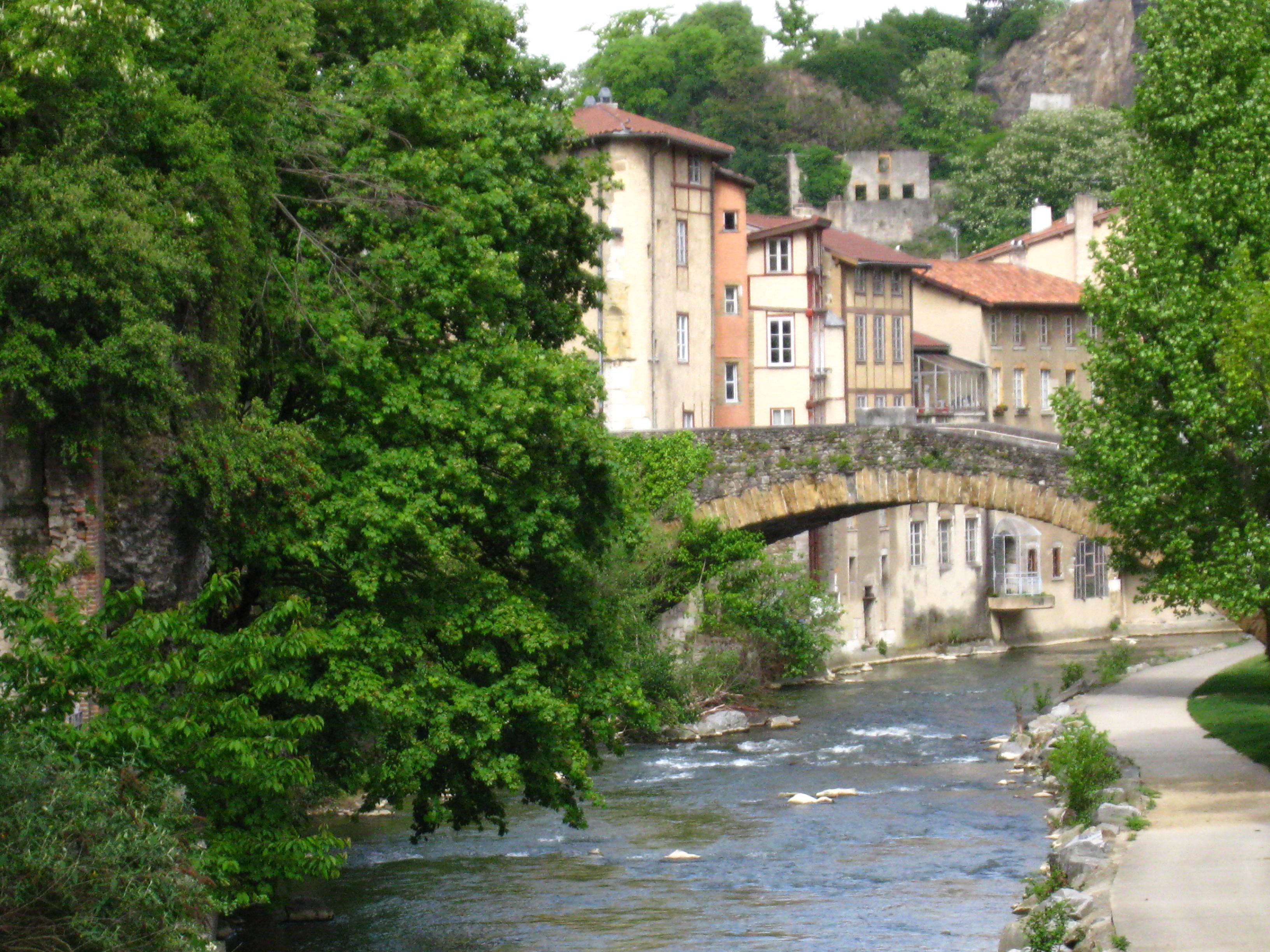 La rivière nait dans la forêt de Bonnevaux à 549 m d'altitude. Elle court sur 34,5 km avant de se jeter dans le Rhône